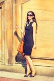 旅行在夏天的年轻美国女实业家 免版税库存图片