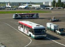 旅行在多莫杰多沃机场机场的乘客的公共汽车  免版税图库摄影