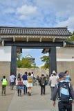 旅行在大阪城堡的游人 免版税库存照片