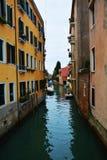 旅行在威尼斯,狭窄的运河,意大利 免版税库存照片
