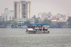 旅行在小船的人在阿拉伯海Kochin 免版税库存照片