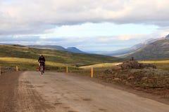 旅行在山的山骑自行车的人 免版税库存图片