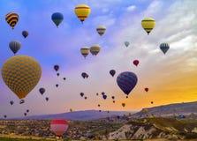 旅行在山的热空气气球 图库摄影