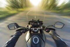 旅行在山路的一辆摩托车 库存图片