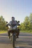 旅行在山路的一辆摩托车 免版税图库摄影