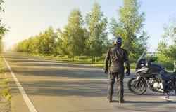 旅行在山路的一辆摩托车 免版税库存照片