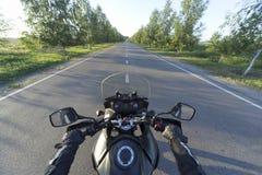 旅行在山路的一辆摩托车 图库摄影