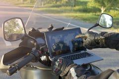 旅行在山路的一辆摩托车 免版税库存图片