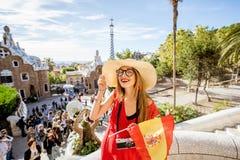 旅行在巴塞罗那的妇女 免版税库存照片