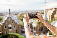 旅行在巴塞罗那的妇女 图库摄影