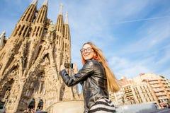 旅行在巴塞罗那的妇女 库存图片