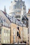 旅行在德累斯顿市,德国的妇女 库存图片