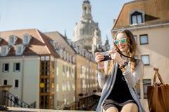 旅行在德累斯顿市,德国的妇女 免版税图库摄影