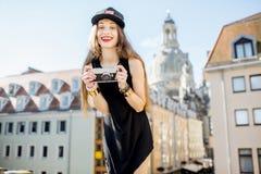 旅行在德累斯顿市,德国的妇女 免版税库存照片