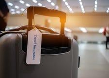 旅行在手提箱持有人的保险标记与标记栓了信件en 免版税库存图片
