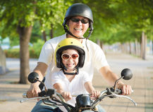 旅行在摩托车的父亲和女儿夏令时 免版税库存图片