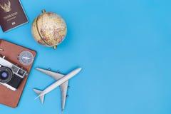 旅行在旅行概念的蓝色拷贝空间反对 图库摄影