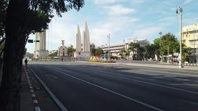 旅行在曼谷的民主纪念碑的人们 股票录像