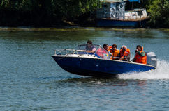旅行在有小船的多瑙河的人们 免版税库存图片