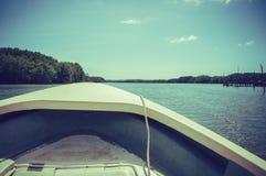 旅行在有小船的河,夏日 小插图和 免版税库存图片