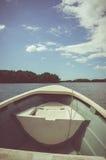 旅行在有小船的河,夏日 小插图和 库存图片
