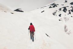 旅行在有雾的多雪的山的妇女登山人 免版税图库摄影