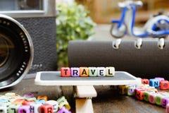 旅行在木标志的字组在软的焦点背景 免版税库存照片