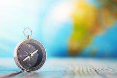 旅行在木背景的指南针和地球globus 旅途,冒险生活方式 回家的路 ?? 库存图片