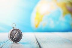 旅行在木背景的指南针和地球globus 旅途,冒险生活方式 回家的路 ?? 图库摄影