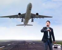 旅行在机场的商人 免版税图库摄影
