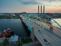 旅行在桥梁的汽车在日落期间 库存照片