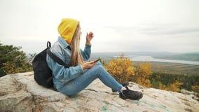 旅行在森林的愉快的旅游可爱的少妇,寻找在导航员的方式在电话 影视素材