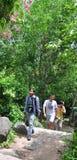 旅行在森林里的人们 库存照片