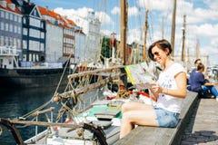 旅行在欧洲的深色的妇女 库存图片