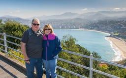 旅行在欧洲附近的愉快的资深夫妇享受退休生活方式 免版税库存图片