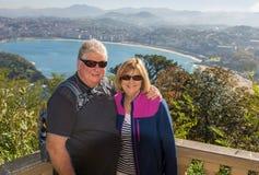 旅行在欧洲附近的愉快的资深夫妇享受退休生活方式 库存图片