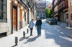 旅行在欧洲附近的愉快的资深夫妇享受退休生活方式 库存照片