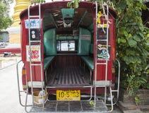 旅行在池氏的游人的红色小巴运输服务 免版税库存图片