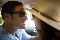 旅行在汽车的浪漫夫妇 免版税库存照片