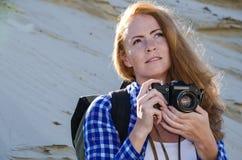 旅行在沙漠的妇女背包徒步旅行者 库存图片