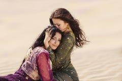 旅行在沙漠的渴妇女 丢失在沙漠durind sandshtorm 免版税库存图片