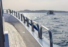 旅行在海的一条马达游艇 免版税图库摄影