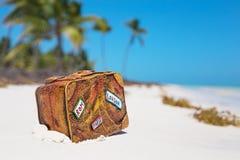 旅行在海滩的手提箱玩具 免版税库存照片