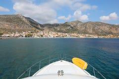 旅行在游艇的夏日到莫奈姆瓦夏,伯罗奔尼撒,希腊, 2018年6月 从游艇的看法 免版税库存照片