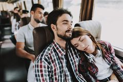 旅行在游览车的年轻微笑的夫妇 免版税库存图片