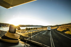 旅行在澳大利亚附近的有蓬卡车 免版税库存照片