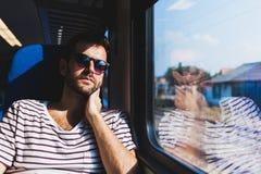 旅行在火车的年轻人 免版税库存图片