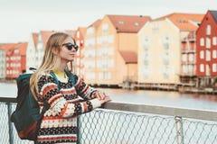 旅行在特隆赫姆市挪威假期的少妇过周末生活方式时尚室外斯堪的纳维亚人房子地标建筑师 图库摄影