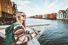 旅行在特隆赫姆市挪威的年轻白肤金发的妇女 免版税库存照片