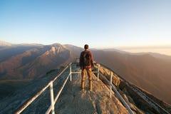 旅行在美洲杉国家公园,有背包的人徒步旅行者享用看法莫罗岩石,加利福尼亚,美国的 免版税库存照片